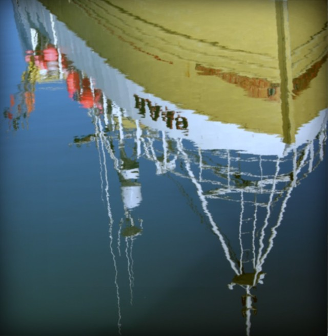 boat reflection 2-pola